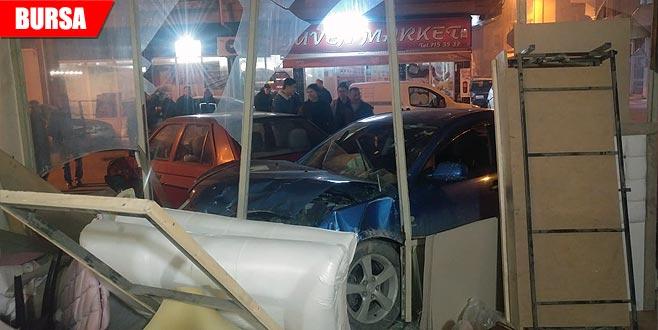 Otomobil işyerine girdi: Yaralılar var