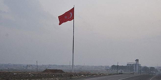 Suriye sınırına dev bayrak!