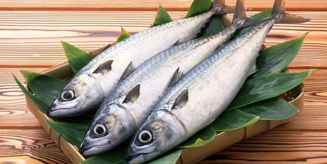 16 cm'lik canlı balığı şifa niyetine yutmaya kalkınca...