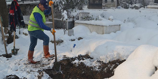 Kar kış demeden 9 yıldır mezar kazıyor