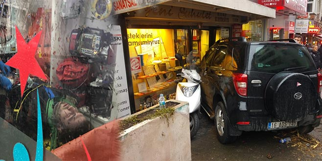 Fren yerine gaza bastı, önce yayalara çarptı, sonra dükkana girdi