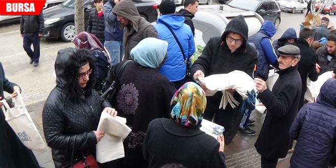 Ücretsiz bez torba dağıttılar, vatandaş saniyeler içerisinde bitirdi