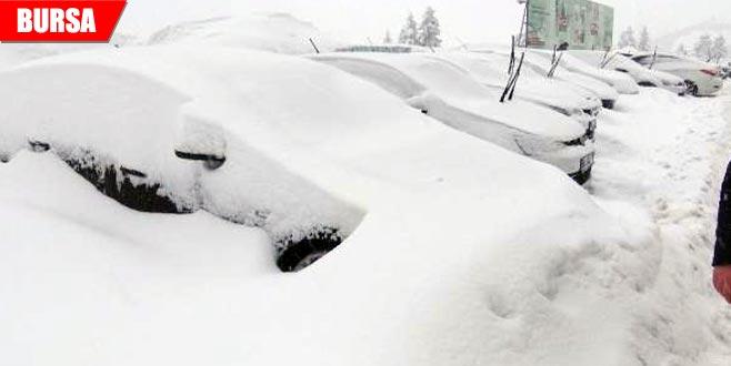 Araçlar kar altında kaldı