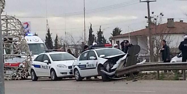Hırsız kovalayan polisler kaza yaptı