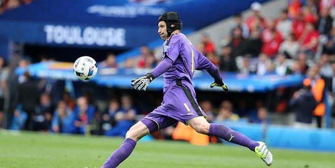 Petr Cech 'kaskını çıkarıyor'