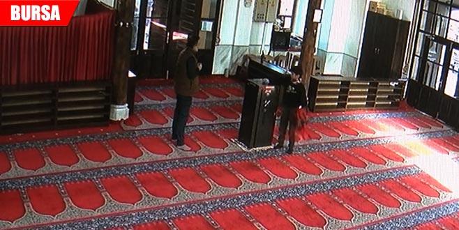 Caminin kumbarasına para atıp, imamın telefonunu çaldılar