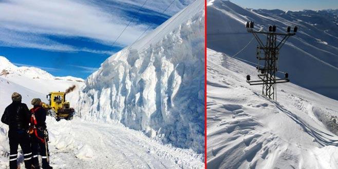 Elektrik direkleri kar altında kayboldu