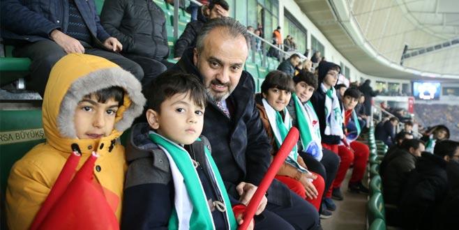 Başkan Aktaş maçı Nusaybinli çocuklarla izledi