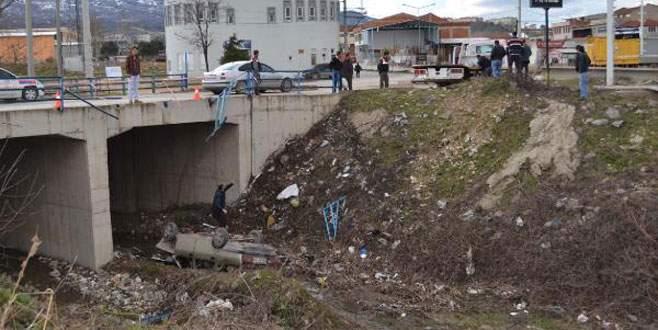 Bursa'da kontrolden çıkan otomobil dereye uçtu!