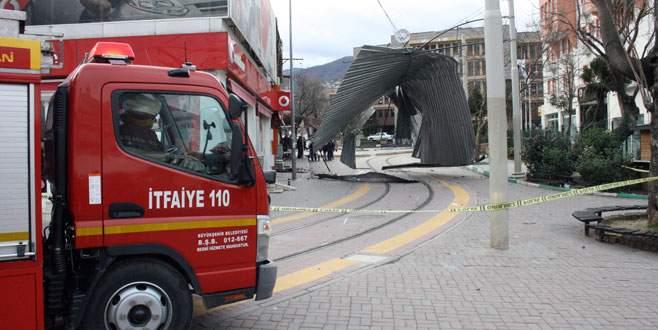 Bursa'da şiddetli lodos çatı uçurdu!