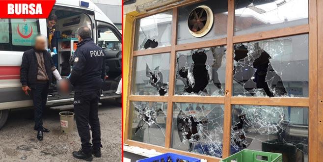 Abisine kızıp, restoranın camlarını kırdı