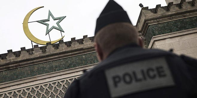 Fransa'da terörle mücadele yasası! 7 cami kapatıldı