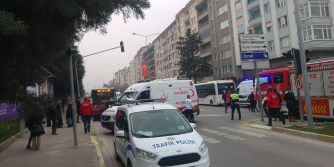 Halk otobüsüyle otomobil çarpıştı: 1 ölü, 2 yaralı