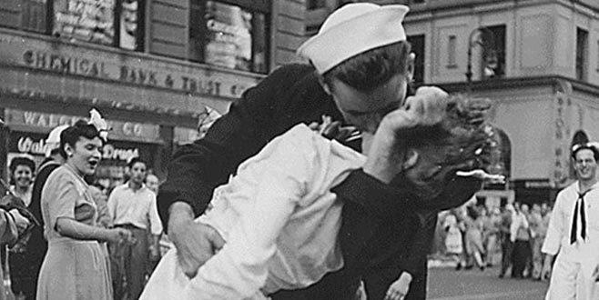 İkonik fotoğrafın başrolüydü, hemşireyi öpen denizciden kötü haber!