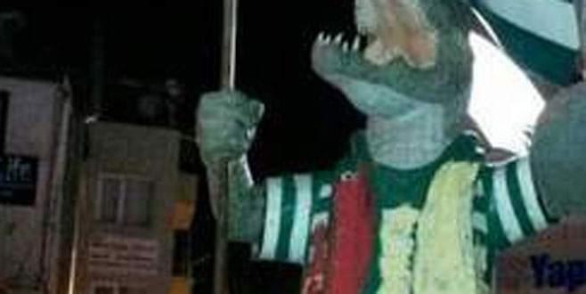 Timsah heykeline çirkin saldırı