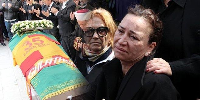 Cenazeye katılamayan ünlü isim, canlı yayında gözyaşlarına boğuldu