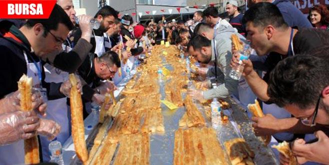 En uzun börek yemek yarışması ilginç görüntülere sahne oldu