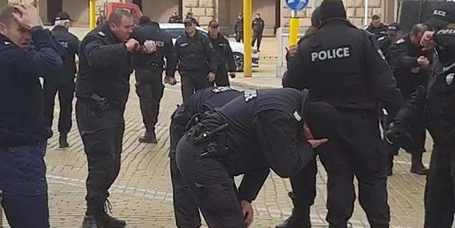 Polis biber gazını kendine sıktı