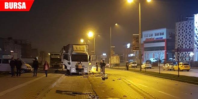 Otobüs kamyona çarptı: 2 yaralı