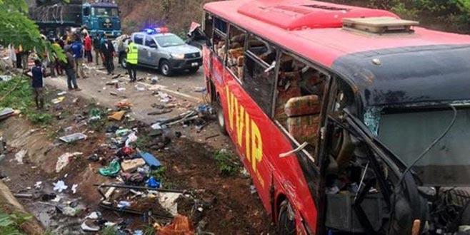 İki otobüsün kafa kafaya çarpıştı: 60 ölü