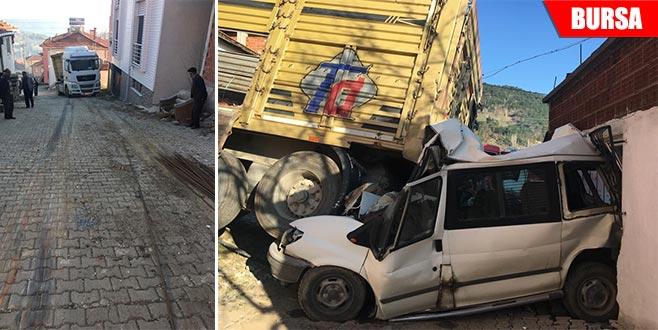 Şoförü olmayan TIR çarptığı aracı hurdaya çevirdi