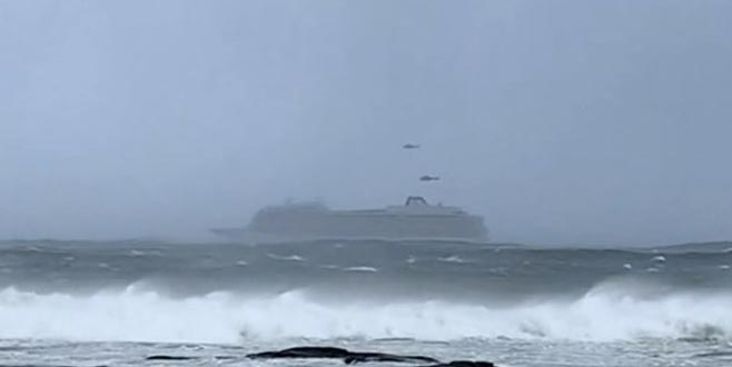 Turist gemisi 1300 yolcuyla sürükleniyor