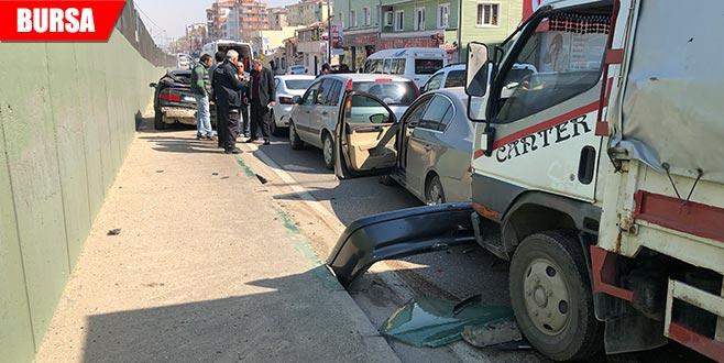 Ani fren zincirleme kazaya sebep oldu: 2 yaralı