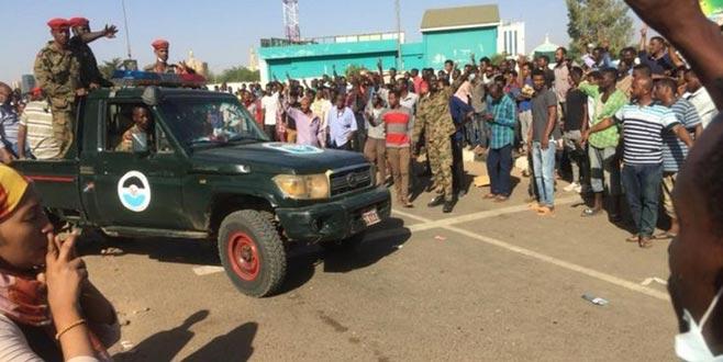 Asker polise karşıeylemcileri korudu