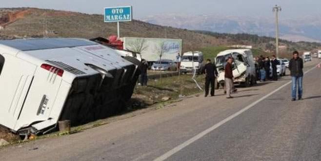 Yolcu otobüsü ile minibüs çarpıştı: 34 yaralı