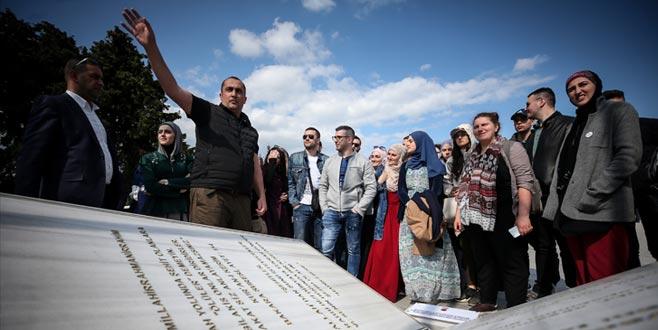 Boşnak gençler şehit dedelerinin mezarında