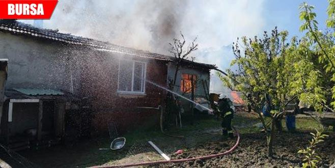 Çıkan yangında iki ev kullanılamaz hale geldi