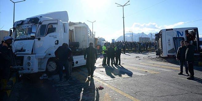 Bitlis'te yolcu otobüsü ile TIR çarpıştı