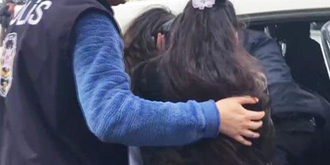 Selfie çeken turistlerin çantasını çalan 2 çocuk yakalandı