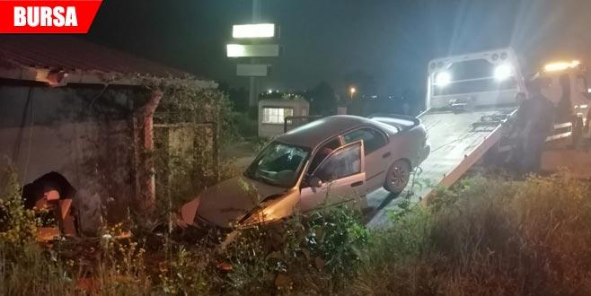 Kontrolden çıkan araç bekçi kulübesine çarptı