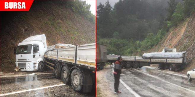 Kontrolden çıkan TIR yolu trafiğe kapattı
