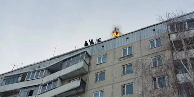 Kendini yaktı, 9. kattan atladı