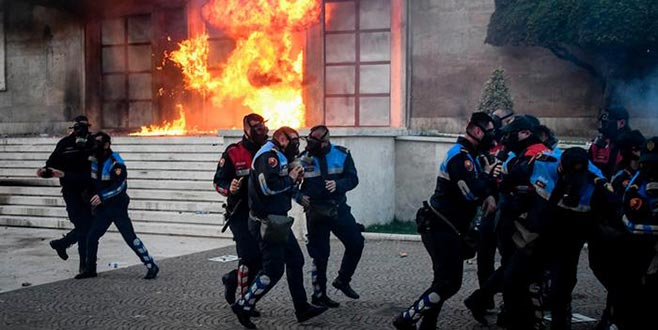 Başbakanlık binasınamolotoflu saldırı