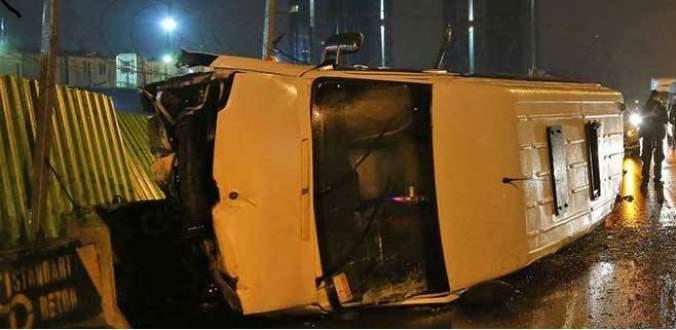 Kontrolden çıkan servis minibüsü devrildi: 10 yaralı