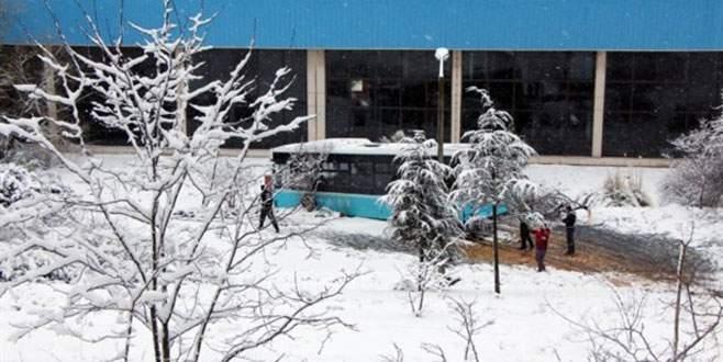 Halk otobüsü işyeri bahçesine uçtu!