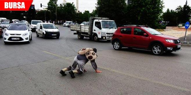 Araçların önüne böyle atladı! Trafiği tehlikeye attı