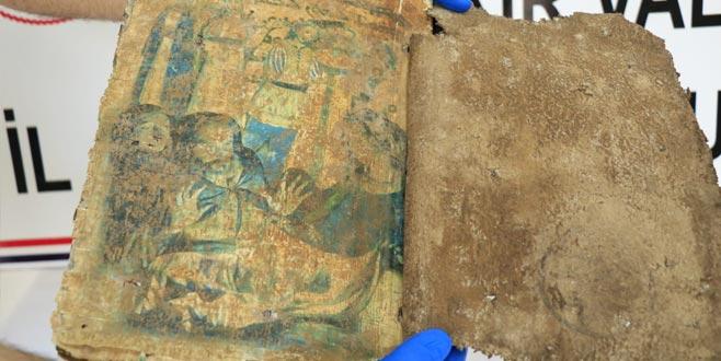 1400 yıllık dini motifli kitap ele geçirildi