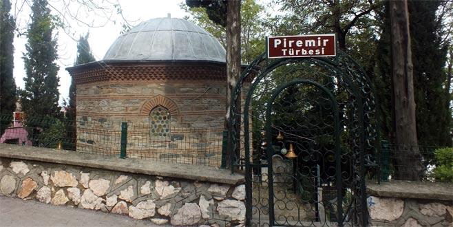 Pir Emir'in asasıyla işaret ettiği yerden su kaynamaya başlayınca şaşıp kaldılar