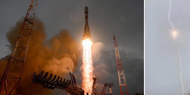 Uydu taşıyan rokete yıldırım çarptı