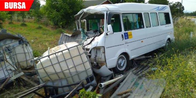 Minibüs, su depolarına çarptı: 4 yaralı