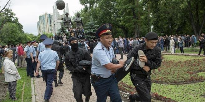 Kazak polisten sert müdahale
