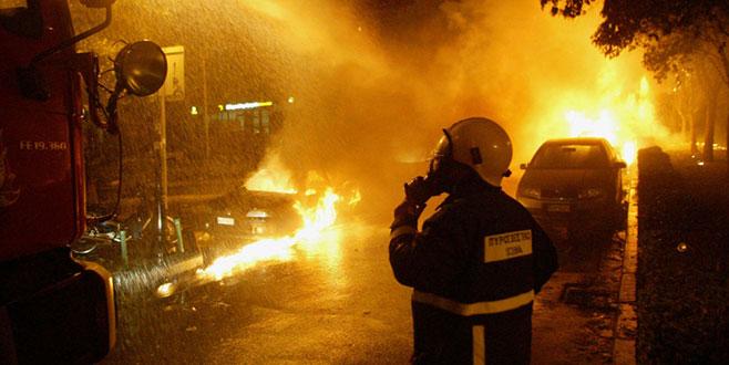 Türk diplomatlarınaraçlarını yaktılar