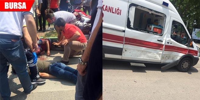 Ambulansa motosiklet çarptı: 1'i ağır 2 yaralı