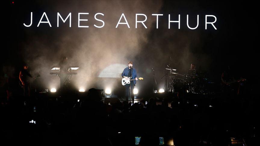 İngiliz şarkıcı James Arthur Antalya'da konser verdi