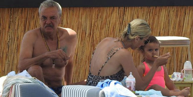 Mesut Akusta ile Şafak Akusta çifti kızlarıyla tatilde