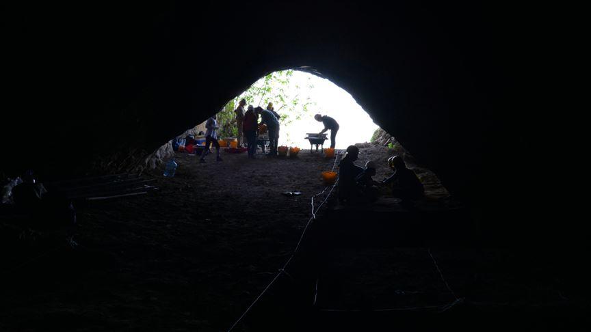 Binlerce yıllık mağarada geçmişin izleri aranıyor